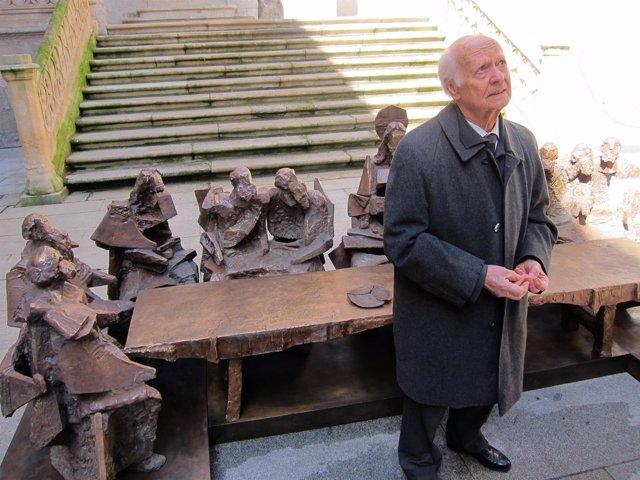 Venancio Blanco delante de sus obras en La Salina