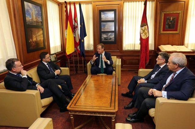 Silván se rúne con el presidente de la Junta Mayor de Semana Santa