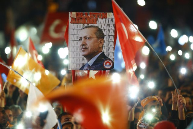 Imagen de Erdogan tras la victoria electoral del AKP en Turquía