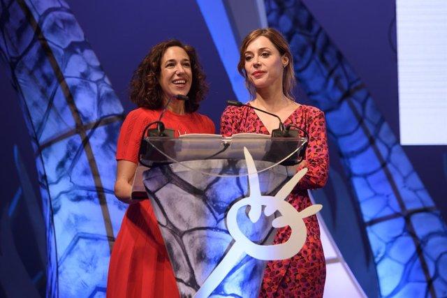 Beatriz Bodegas y Ruth Díaz recogiendo el galardón de Tarde para la ira.