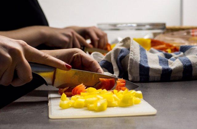Cocinero cortando comida