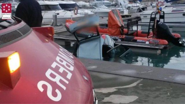 El vehículo que ha caído al agua en el puerto de Benicarló