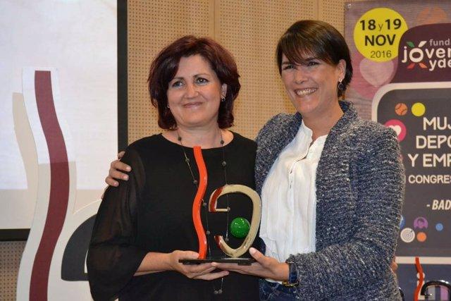 Elisa Barrientos entrega el premio a la periodista Julia Luna