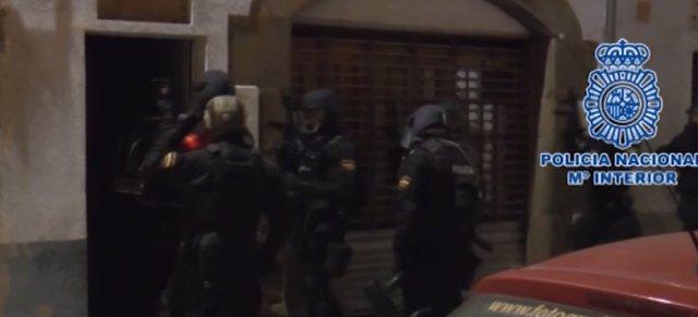 """La Policía Nacional detiene a dos yihadistas """"plenamente integrados"""" en DAESH"""