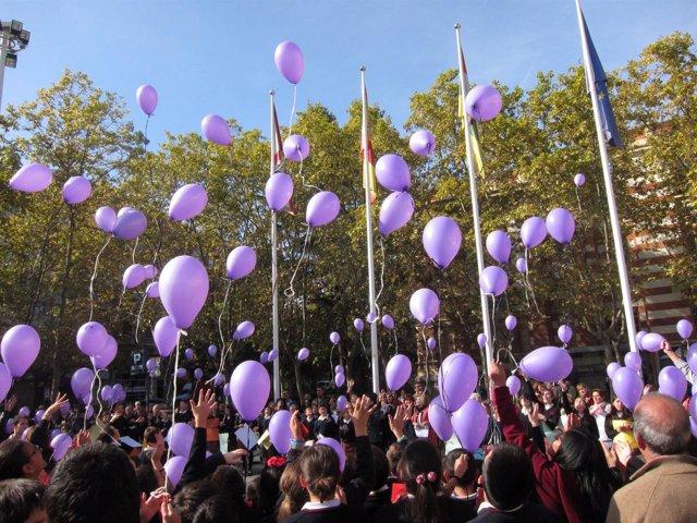 Los estudiantes concentrados sueltan los globos contra la violencia de género
