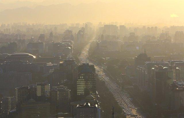Los vehículos se ven en la Avenida Chang'an en la hora punta en Pekín