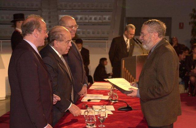 El pintor Francesc Todó recibe la Creu de Sant Jordi en 2001