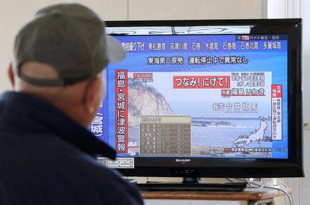 Hombre revisa información de tsunami en Japón