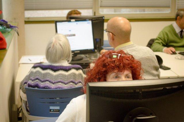 Personas mayores, clases de internet, centro de mayores, jubilados