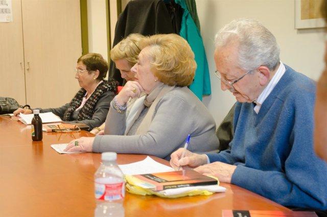 Personas mayores, reunión de jubilados, charlas de jubilados, lectura