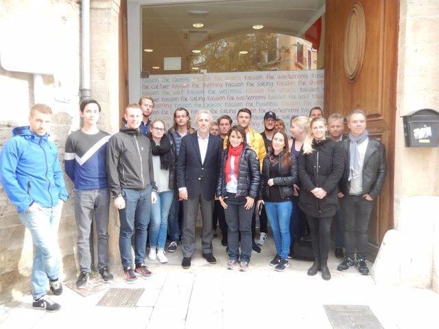 El gerente de la Fundación Turismo Palma 365, Pedro Homar, con estudiantes