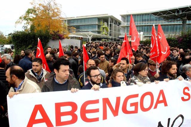 Concentración de trabajadores de Abengoa en Palmas Altas (Sevilla).
