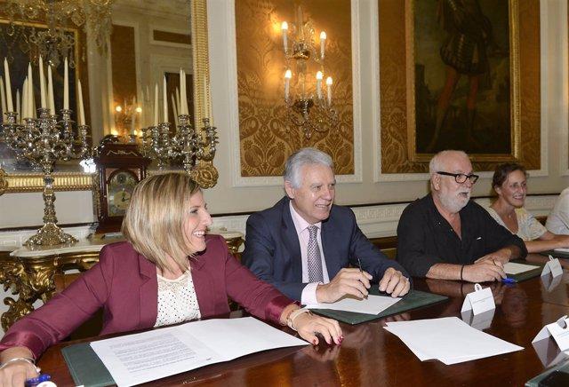 La presidenta de la Diputación de Cádiz en la mesa de las Almadrabas
