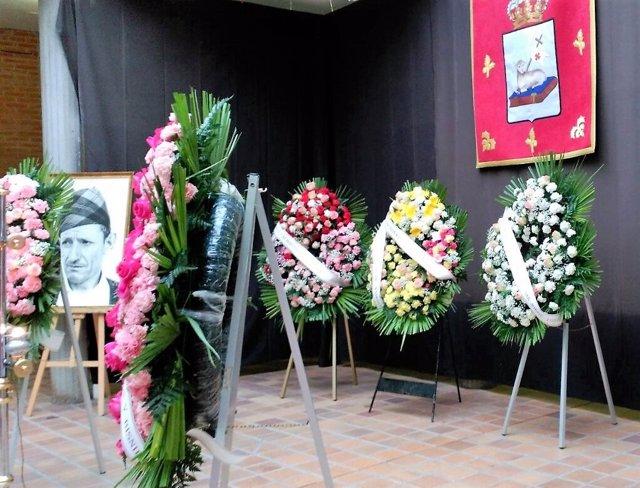 Numerosas coronas lucen en recuerdo al Pastor de Andorra.