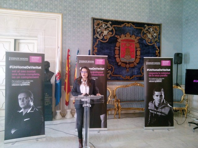 Mónica Oltra, en el Salón Azul prensentando la campaña contra el 25N