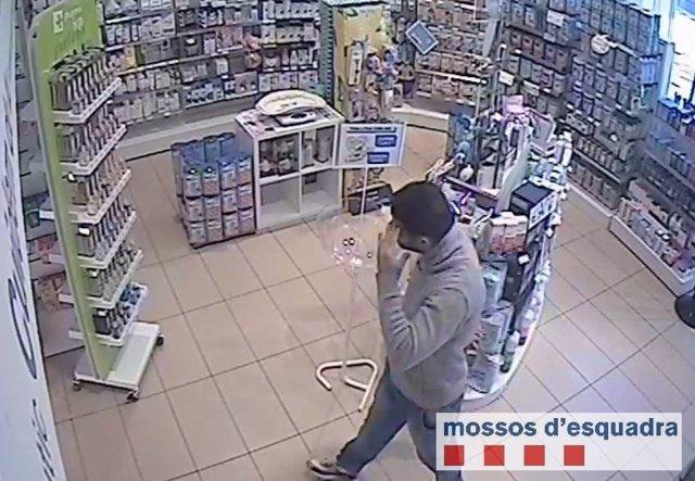 Ladrón reincidente atracando un comercio de Sabadell