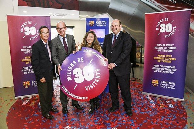 Entrega de recuerdo al visitante 30 millón del Museo del FC Barcelona