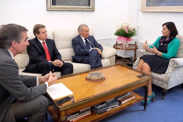 Gema Igual con representantes del Banco Santander