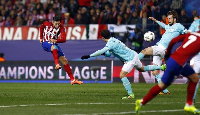 Yannick Carrasco dispara ante el PSV