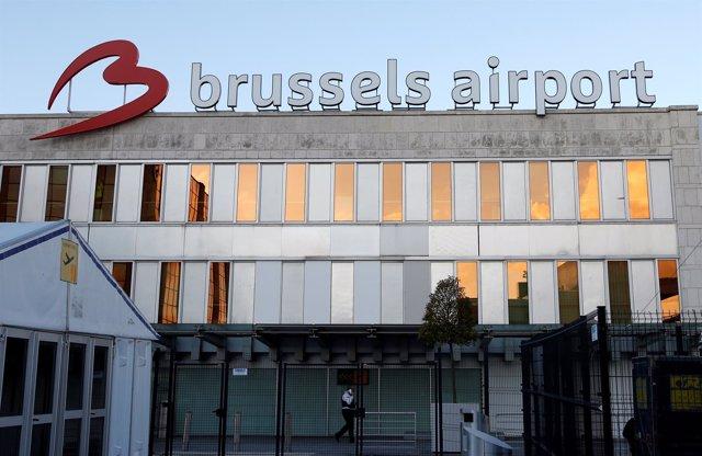 Un guardia camina en el exterior del Aeropueto de Bruselas.
