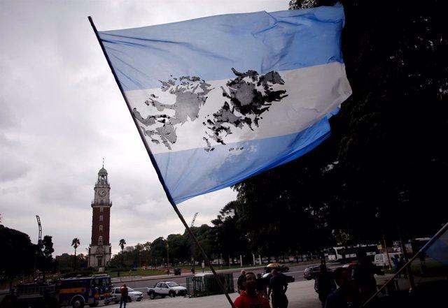 Manifestante con una bandera argentina con el mapa de las Malvinas