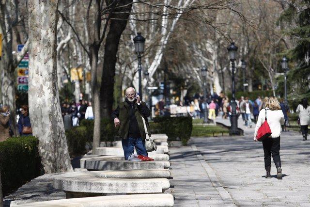 Paseo del Prado, gente paseando, pasear, caminar, caminando, hablando