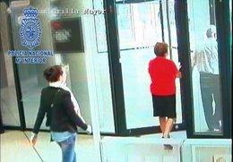 Imagen de una ladrona persiguiendo a su víctima