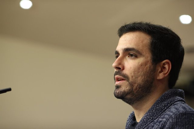 Alberto Garzón en una rueda de prensa en el Congreso