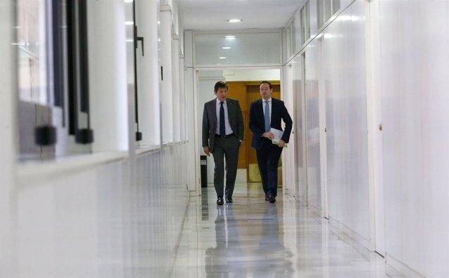 Javier Fernández y Guillermo Martínez en los pasillos de Presidencia