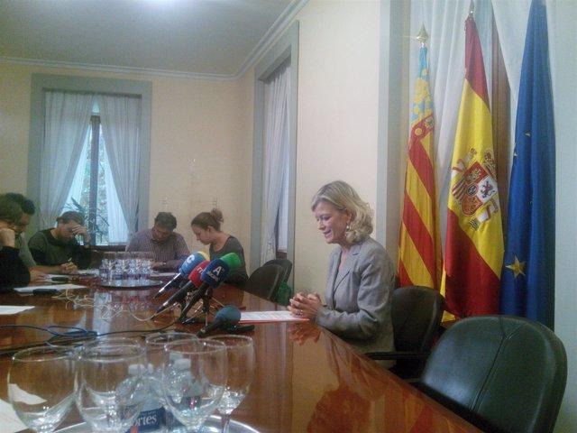 Gabriela Bravo en atención a los medios este miércoles en Alicante