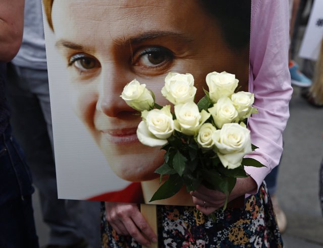 Pancarta en homenaje a la diputada británica asesinada Jo Cox