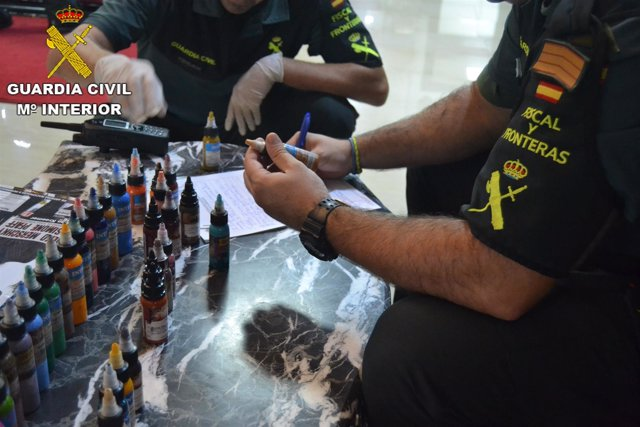La Guardia Civil interviene botes de tinta en locales de tatuaje