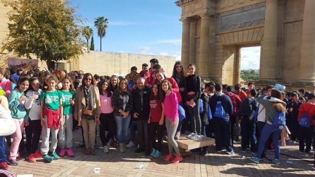 Ruiz y Alcalde (centro), junto a alumnos participantes en el evento