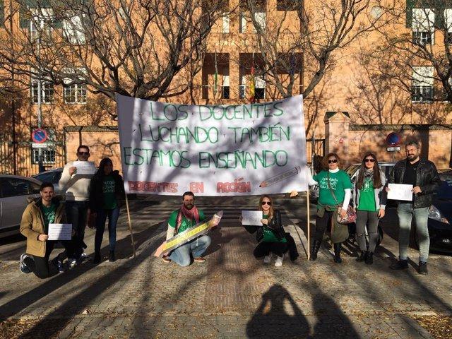 Movilización de interinos ante la Delegación de Educación en Sevilla