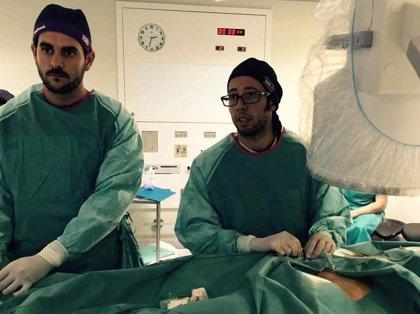 Quirónsalud Marbella realiza un implante de válvula aórtica y endoprótesis en aorta abdominal