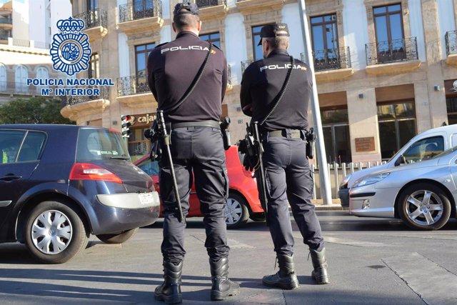 Agentes de la Policía Nacional en el centro de Almería