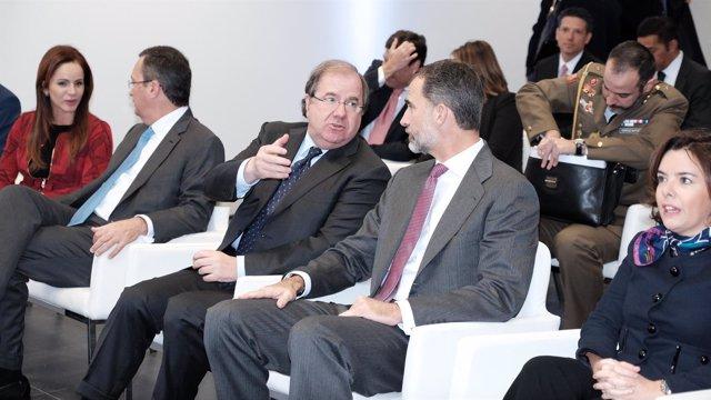 El presidente de la Junta, Juan Vicente Herrera, conversa con el Rey Felipe VI