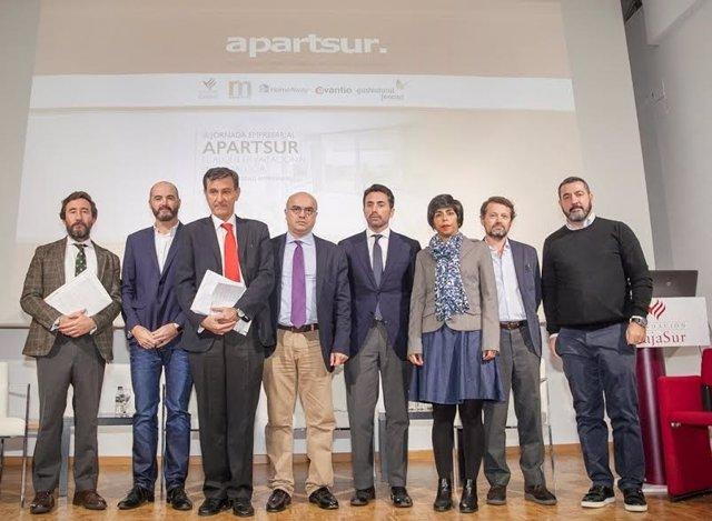 Miembros de la Junta Directiva de Apartsur con algunos ponentes