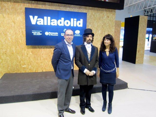 Víctor Alonso y Ana Redondo flanquean a un figurante que encarna a Zorrilla.