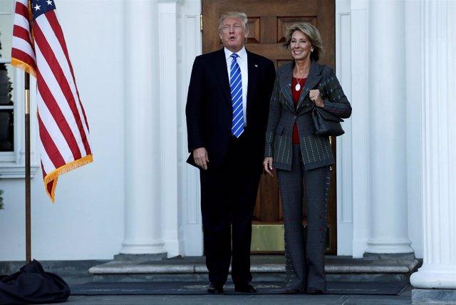 Trump junto a la futura secretaria de Educación, Betsy DeVos