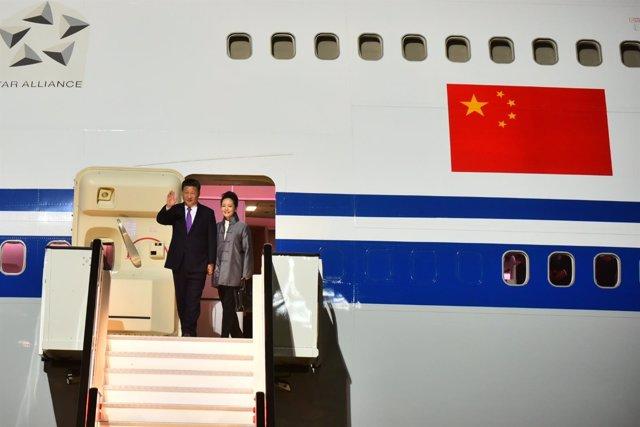 Jinping y su esposa bajan del avión a su llegada a Gran Canaria