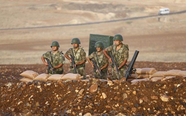 Soldados turcos permanecen en la frontera con siria