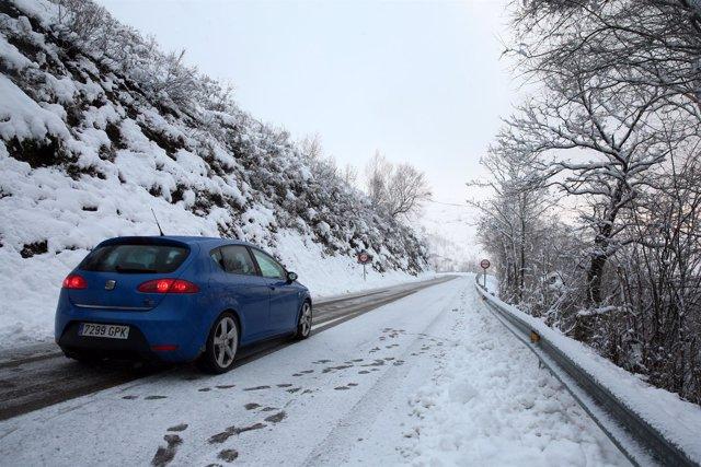 Nieve en la carretera de San Isidro en Asturias