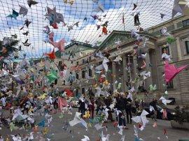Miles de aves de papel 'vuelan' en el Congreso para defender la conservación de Doñana