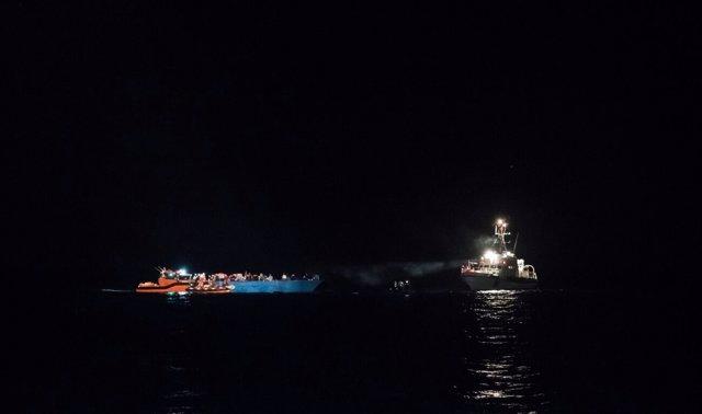 Rescate nocturno de refugiados e inmigrantes desde el buque de Save the Children