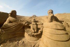 Unos seis escultores modelan el Belén de Arena de Las Palmas de Gran Canaria