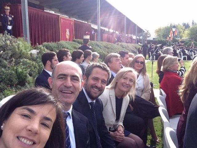 Diputados del PP juran bandera