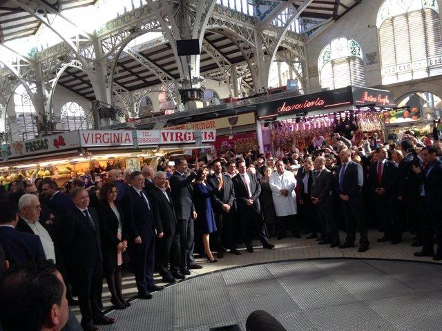 Sus Majestades los Reyes, durante su visita al Mercado Central