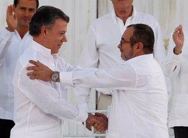 Santos y 'Timochenko' firman el nuevo acuerdo de paz para Colombia