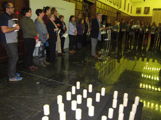 Se ha recordado con velas y flores a las mujeres víctimas de violencia machista